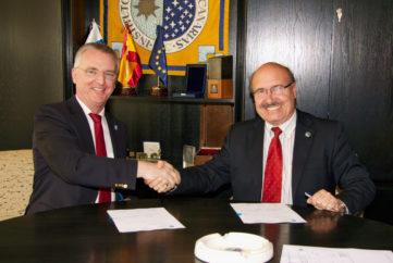 Tim de Zeeuw (left), ESO Director General, and Rafael Rebolo (right), IAC Director, sign an agreement between both institutions to perform experiments on adaptive optics at the Teide Observatory (Tenerife).