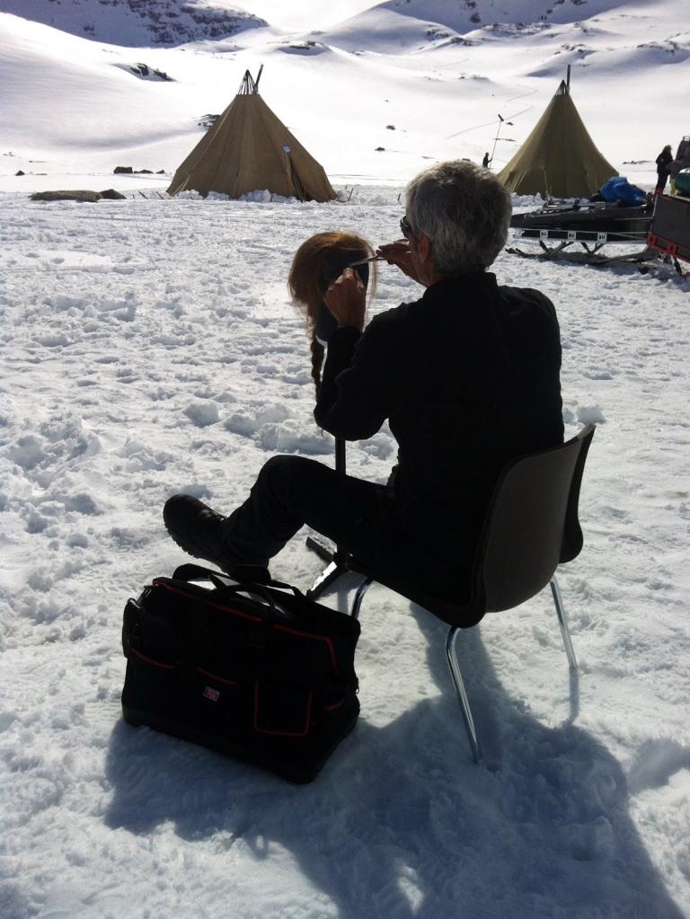 """Paco Rodríguez trabajando con un postizo durante el rodaje de """"Nadie quiere la noche"""" en Finse (Noruega) / OAC"""